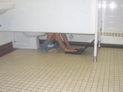 op de wc met een laptop